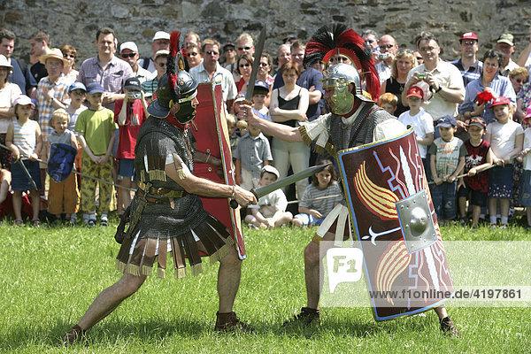 Die Legionäre einer römischen Kohorte kämpfen bei den Historienfestspielen auf der Koblenzer Festung Ehrenbreitstein  Rheinland-Pfalz  Deutschland. Die Legionäre einer römischen Kohorte kämpfen bei den Historienfestspielen auf der Koblenzer Festung Ehrenbreitstein, Rheinland-Pfalz, Deutschland.