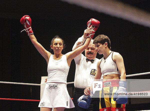 Die Junior-Fliegengewichtsboxerin Nadja Loritz vom FLP-Boxteam Koblenz gewinnt gegen die Weissrussin Tatiana Puchkova
