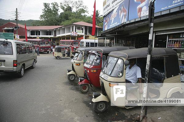 Taxi-Stand mit Tuc-Tuc-Dreirädern in Gampara  Sri Lanka  Asien .