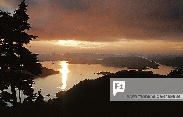 Sonnenuntergangsstimmung über den Fjorden - Südost Alaska  USA