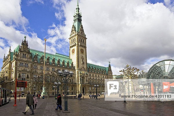 Hamburger Rathaus und Rathausmarkt  Hamburg  Deutschland