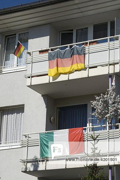 Von der Fußball-WM Weltmeisterschaft 2006 übriggebliebene Nationalflaggen hängen am Balkongeländer