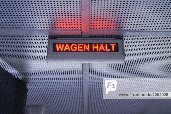 Rote Leuchtanzeige Wagen hält in einem Bus der öffentlichen Verkehrsmittel München Bayern Deutschland