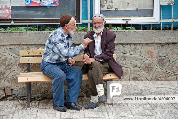 Zwei alte Männer im Gespräch  Yusufeli  Ostanatolien  Türkei  Asien