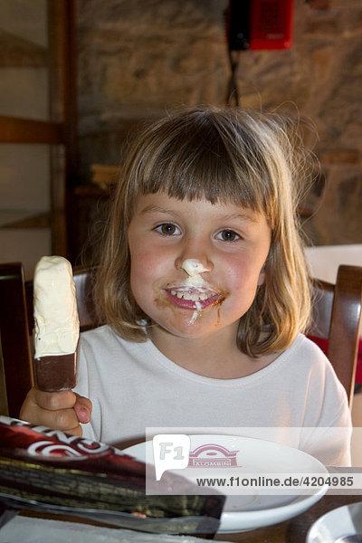 Kind  Mädchen schleckt Eis  Griechenland Kind, Mädchen schleckt Eis, Griechenland