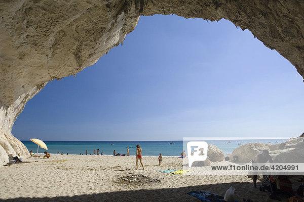 Höhle an der Küste bei Cala di Luna  Sardinien  Italien