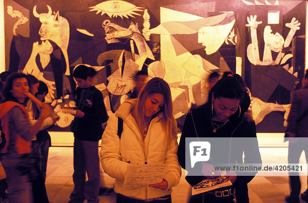 Guernica   Madrid   Spanien   Europe : MNCARS   Museo Nacional de Arte Reina Sofia   girls in front of the painting Guernica of Picasso