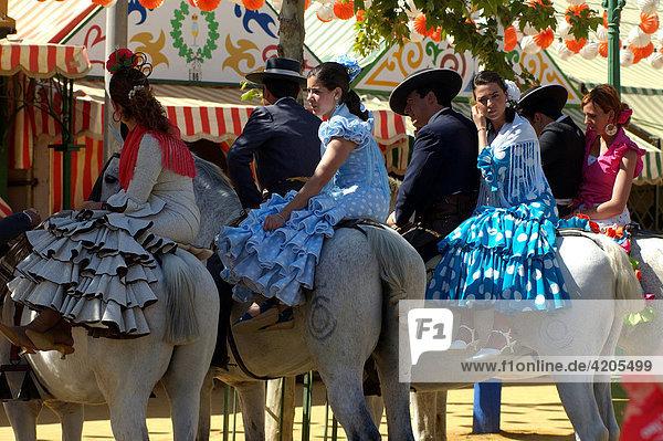 Feria de Abril   Paare zu Pferd reiten von Festzelt zu Festzelt   Sevilla   Andalusien   Spanien   Europa