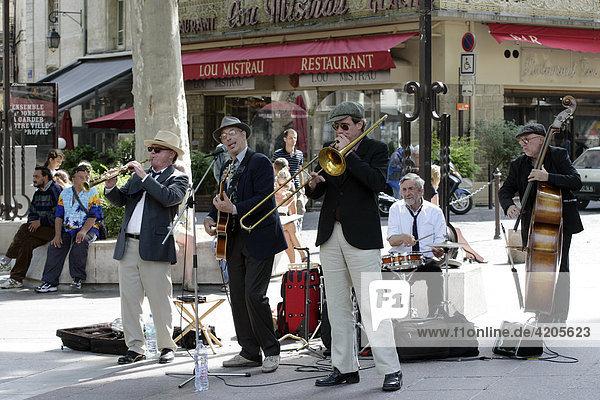 Street musicians on the Place de l'Horloge   Avignon   Provence-Alpes-CÙte d'Azur   France   Europe
