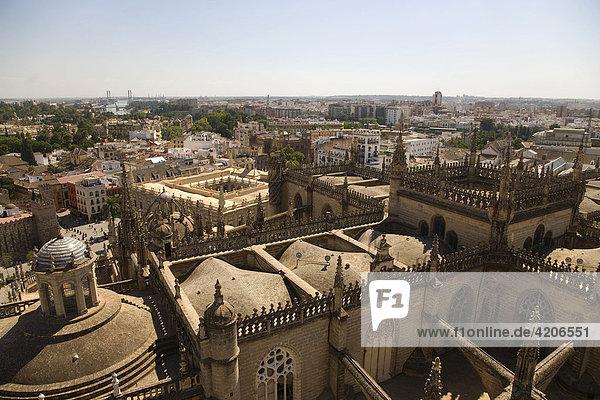 Blick vom Turm der Kathedrale auf die Altstadt mit Archivo de las Indias  Archiv  Sevilla  Andalusien  Spanien