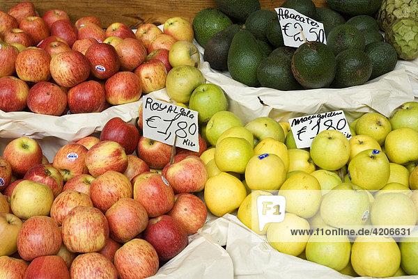 Obstverkauf in der Markthalle   Funchal  Madeira  Portugal