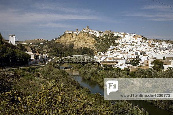 Dorf auf einem Felsplateau  Fluß Rio Guadalete  Arcos de la Frontera  Andalusien  Spanien