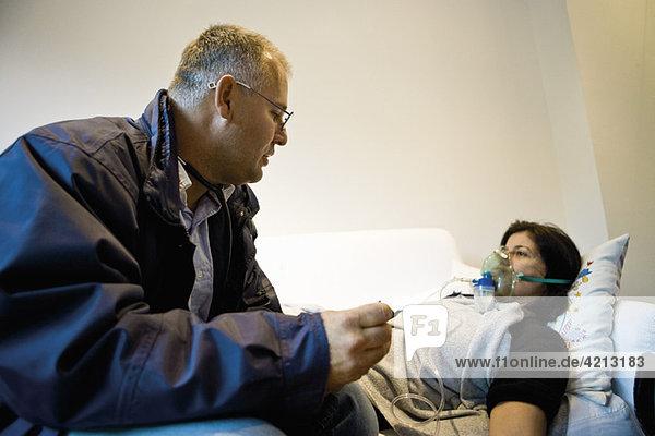 Notarzt auf Abruf  der dem Patienten zu Hause Sauerstoff verabreicht