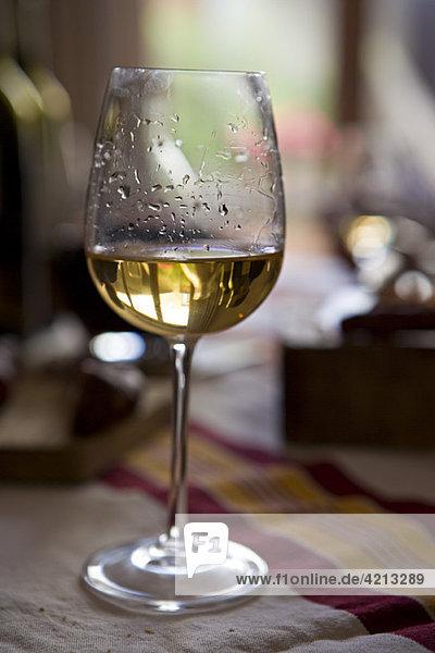 Weintränen auf einem Glas Weißwein
