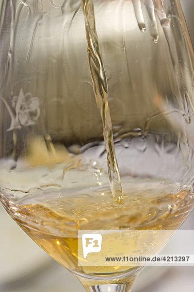 Gießen von Weißwein