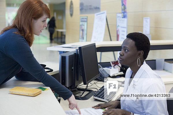 Verärgerter Patient erklärt Problem der medizinischen Empfangsdame