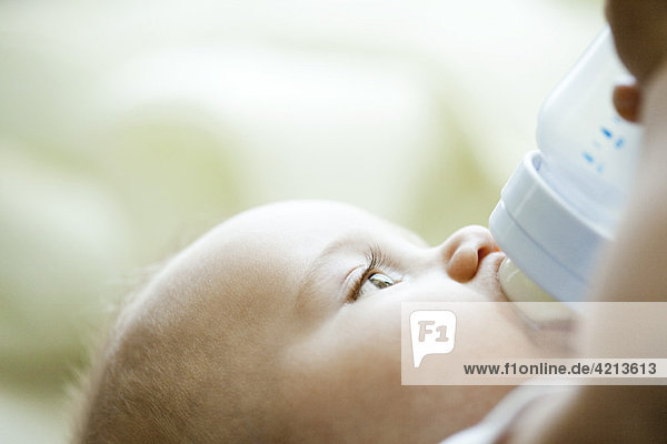 Babytrinken aus der Flasche