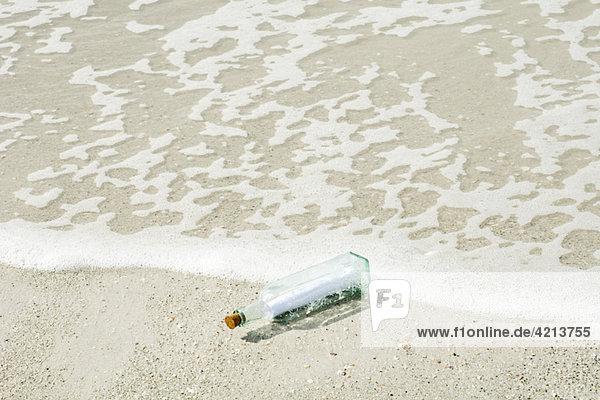 Nachricht in einer Flasche an Land gespült