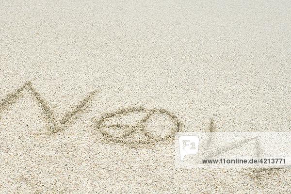 Das Wort jetzt mit einem Friedenszeichen im Sand (Frieden jetzt) . Das Wort jetzt mit einem Friedenszeichen im Sand (Frieden jetzt) .
