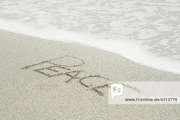 Das Wort Frieden im Sand am Strand . Das Wort Frieden im Sand am Strand .