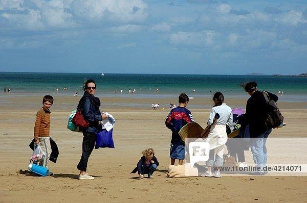 Saint cast le guildo penguen beach family settling down the sand