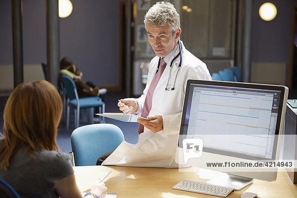 Arzt auf dem Schreibtisch in der Rezeption