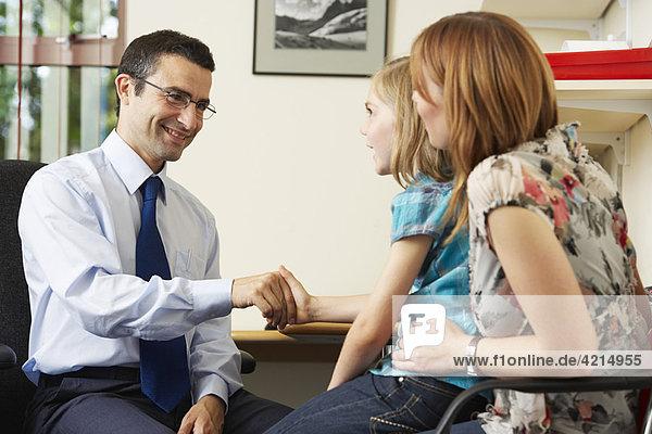 Arzt untersucht junges Mädchen