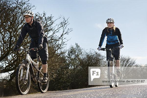 Paar Fahrräder auf der Landstraße