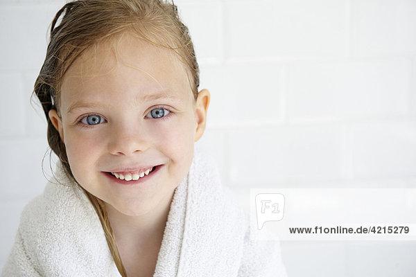 Mädchen im Badetuch  mit Blick auf die Kamera
