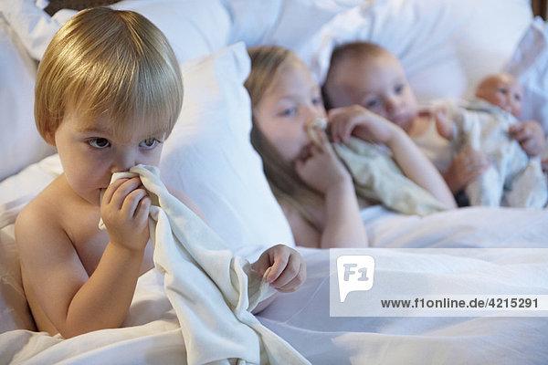 Babys im Bett mit ihren Decken