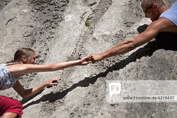 Kletterer helfen Partner