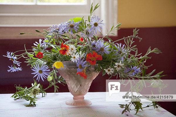 Blumen in Vasen und einem englischen Garten