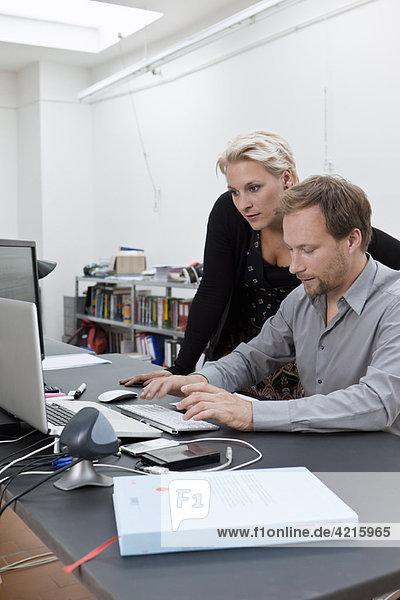 Webdesign-Team bei der Besprechung eines Jobs