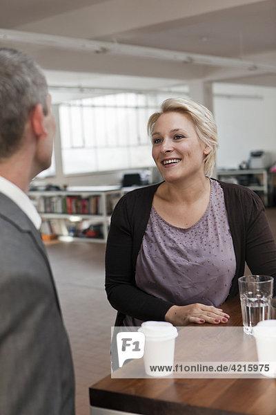 Frau lächelt im Pausenraum