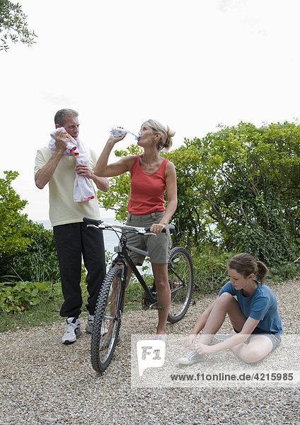 Senioren und Enkelin nach dem Sport