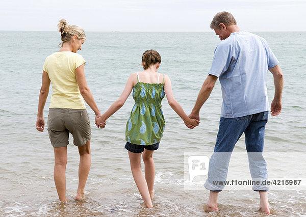 Mädchen am Strand mit Großeltern