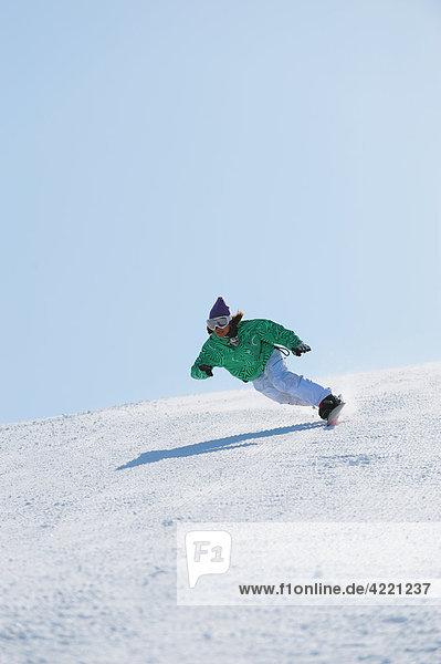 Frau Snowboarding japanisch