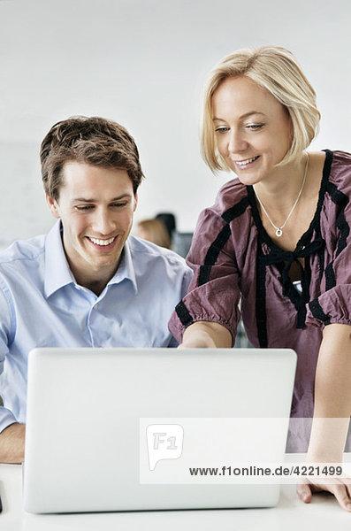 Zwei Personen und ein Laptop