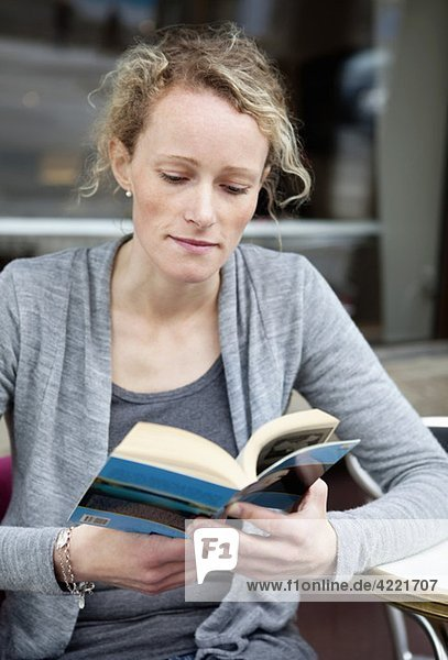 Frau beim Lesen eines Buches