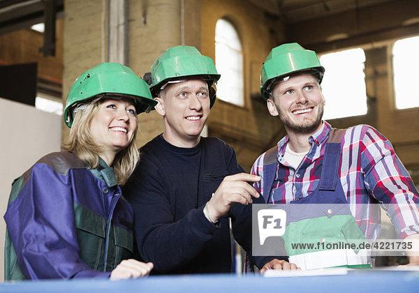 Drei Personen in Berufsbekleidung Drei Personen in Berufsbekleidung