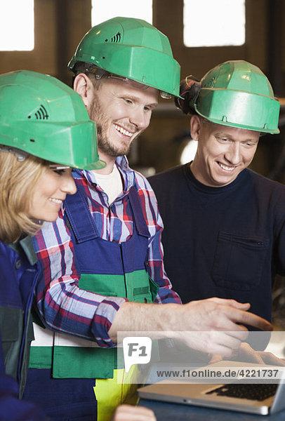 Drei glückliche Industriearbeiter Drei glückliche Industriearbeiter