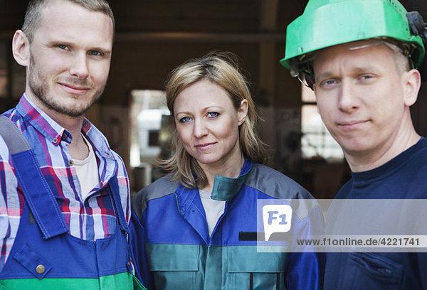 Drei Mitarbeiter bei der Arbeit Drei Mitarbeiter bei der Arbeit