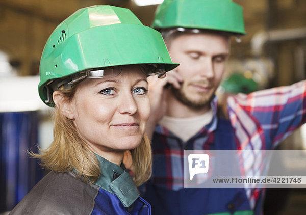 Mann und Frau bei der Arbeit Mann und Frau bei der Arbeit