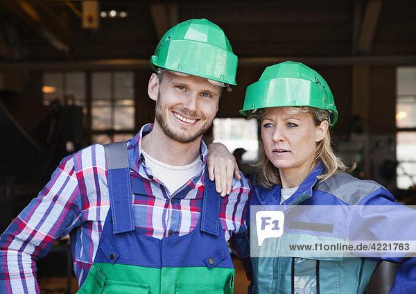 Frau und Mann bei der Arbeit Frau und Mann bei der Arbeit