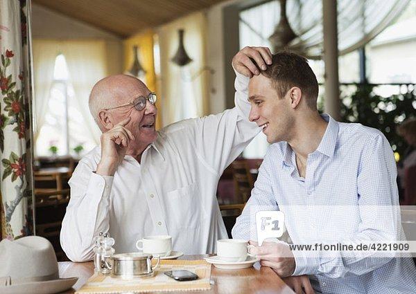 Großvater und Enkelkind verbringen Zeit zusammen. Großvater und Enkelkind verbringen Zeit zusammen.