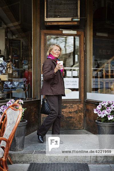 Frau vor dem Café