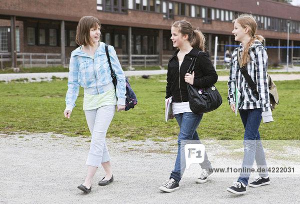 Drei Mädchen zu Fuß 2
