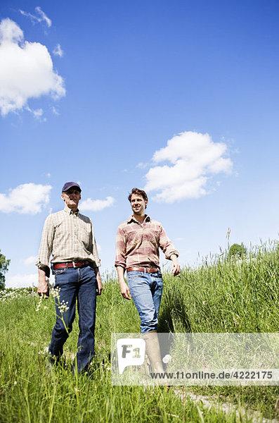Zwei Männer  die in der Natur spazieren gehen.