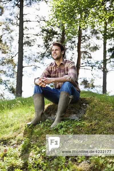 Glücklicher Mann mit Stiefeln