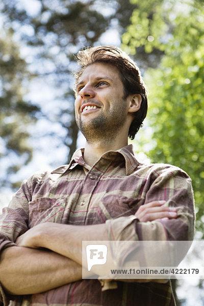 Glücklicher Mann mit Hemd 2